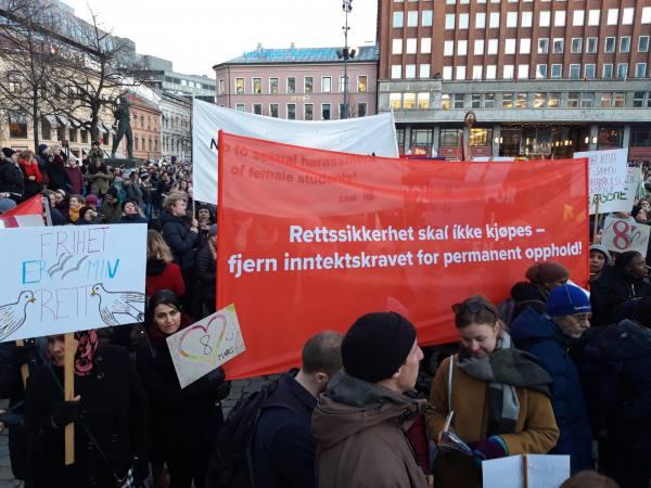 Vi gikk i 8.mars tog under parolen: Rettsikkerhet skal ikke kjøpes - fjern inntektskravet for permanent opphold
